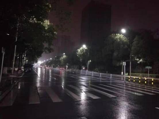 夜雨绵绵中,紧急抢修只为雷竞技网页版亮起来